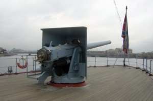Cruiser_Aurora's_forward_gun