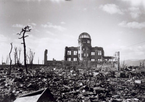 epa02271796 (FILES) A handout photograph of the Hiroshima A-bomb Dome photographed by the U.S. military following the atomic bomb drop on Hiroshima that killed over 140,000 people on 06 August 1945. The building, originally Hiroshima Prefectural Industrial Promotion Hall, was just 160 meters northwest of the hypocenter. United Nations Secretary General Ban Ki-moon arrived in Japan 03 August 2010 to visit Hiroshima and Nagasaki, the two cities where the US military dropped atomic bombs 65 years ago. Ban will be the first UN secretary general to attend the Peace Memorial Ceremony in Hiroshima. For the first time the United States will send an envoy to the memorial. The US bomber Enola Gay dropped an atomic bomb on Hiroshima on 06 August 1945, killing tens of thousands of people in seconds. By the end of the year, 140,000 had died from the effects of the bomb. On 09 August a second atomic bomb was exploded over Nagasaki, killing more than 73,000 people.  EPA/A PEACE MEMORIAL MUSEUM HANDOUT  EDITORIAL USE ONLY Dostawca: PAP/EPA.
